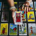タロットカード占いをする女性